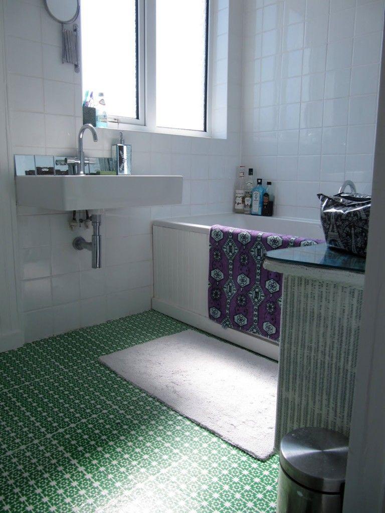 Linoléum à motif vert sur fond blanc dans la salle de bain