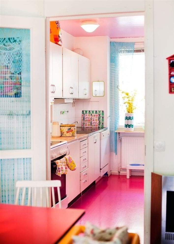 Linoléum rose vif dans la cuisine