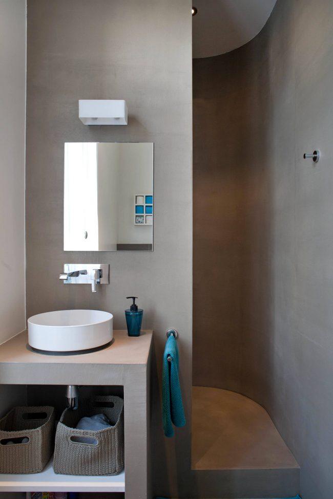 Cabine de douche située derrière la cloison