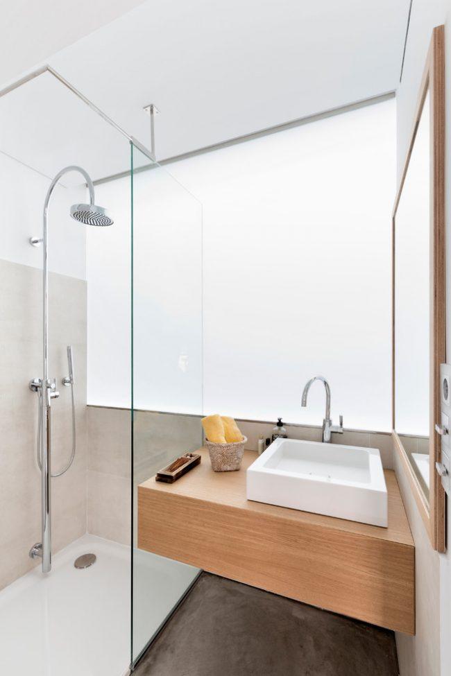 Avec la bonne disposition, même une petite salle de bain peut être confortable.