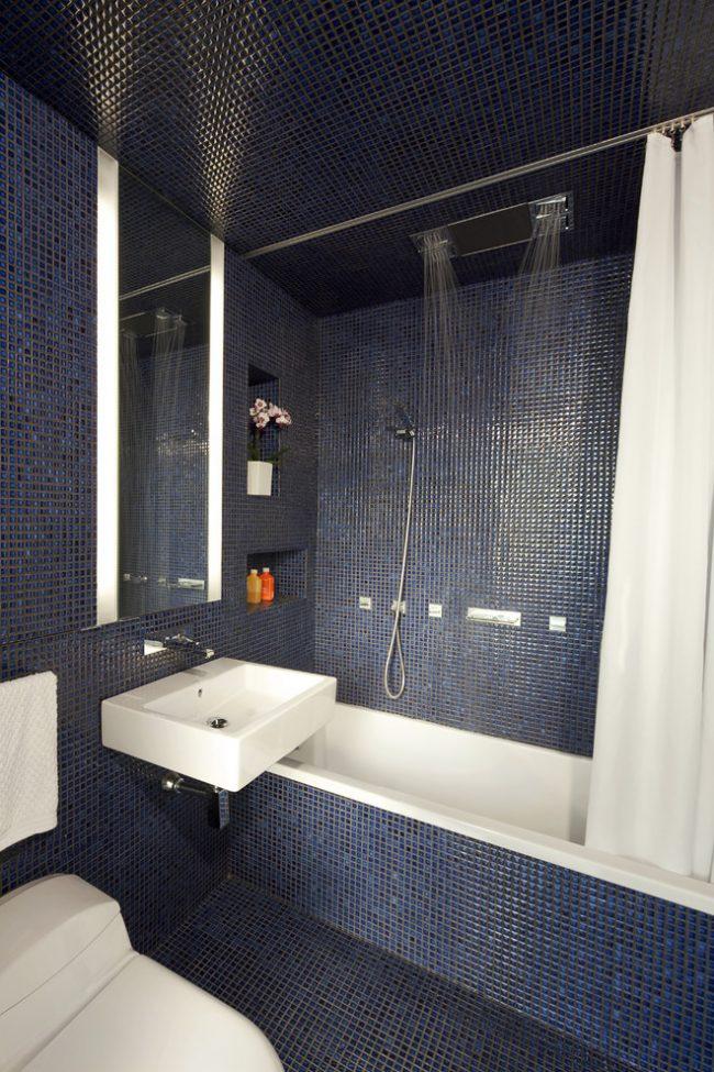 Une baignoire blanche sur fond sombre semblera beaucoup plus spacieuse.
