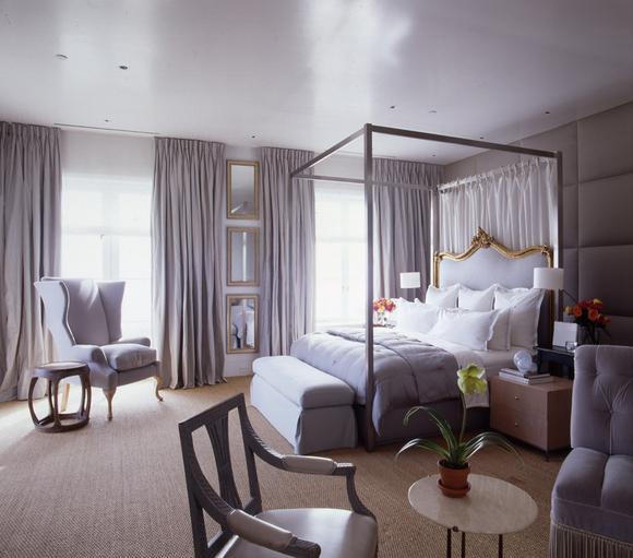 L'effet réfléchissant la lumière du plafond lavande donne à la pièce une élégance et une tendresse extraordinaire