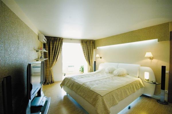 Reflétant la lumière du soleil, le plafond blanc en remplit littéralement la pièce.
