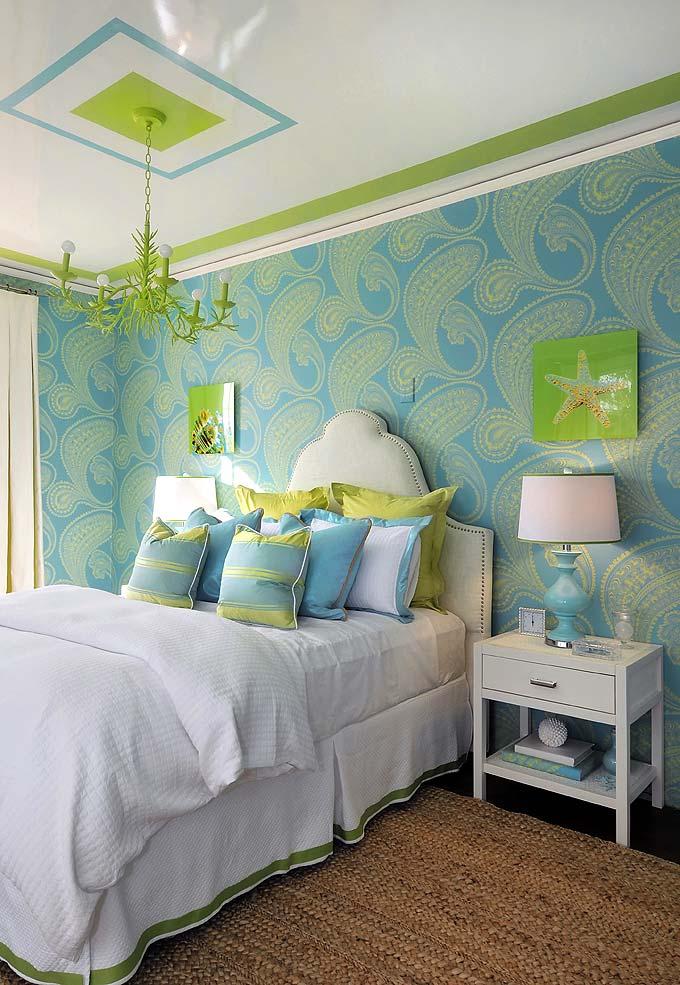 Le plafond blanc brillant donne à la pièce une légèreté, la rendant visuellement plus spacieuse.