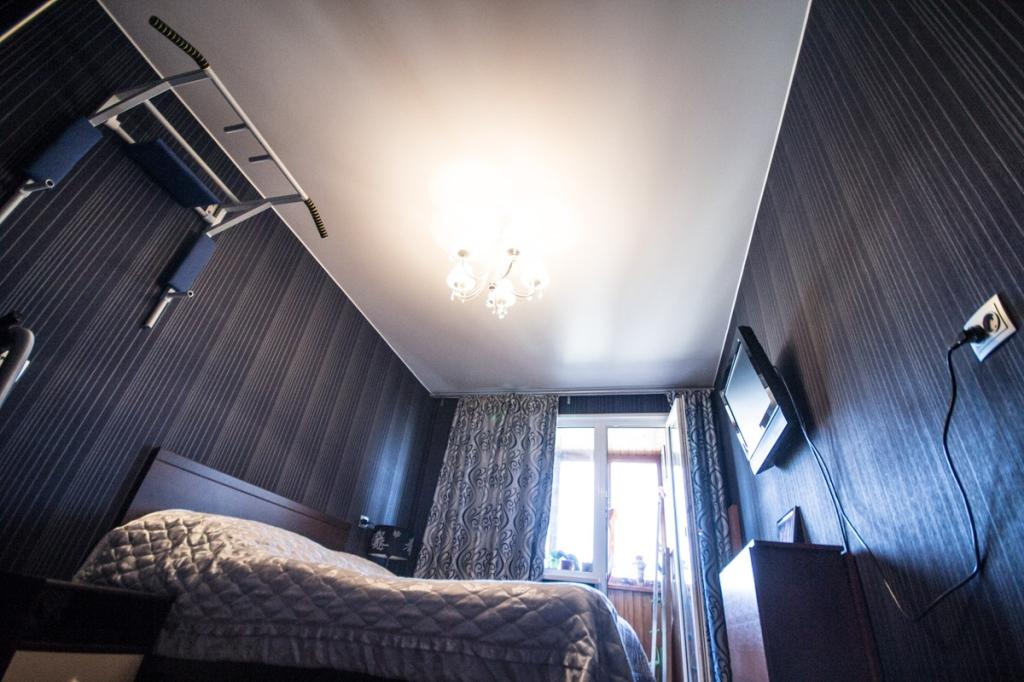 Un plafond clair et rafraîchissant correspond à la couleur sombre unie des murs