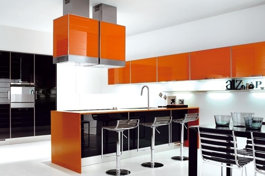 Les cuisines orange high-tech combinent souvent des nuances de noir ou de gris.