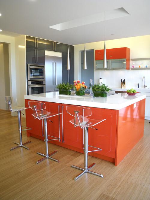 L'îlot de cuisine orange dominera la cuisine et mettra en valeur l'espace disponible.
