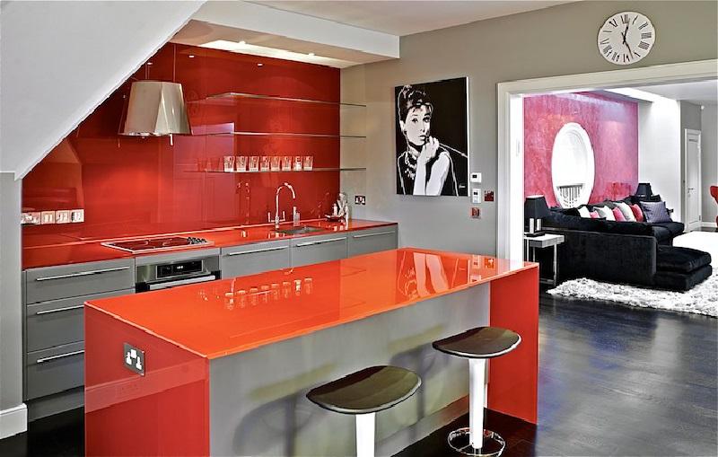En termes de couleur, le rouge et le gris sont de bonnes couleurs de support pour l'orange.