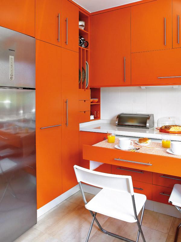 La combinaison du blanc et de l'orange à l'intérieur et aux façades des meubles crée une sensation de chaleur et de fraîcheur