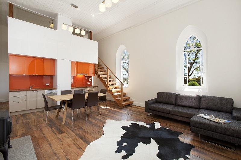 Un exemple classique d'association de blanc et d'orange dans un intérieur de studio plutôt discret