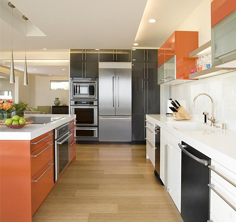 La combinaison de l'orange avec une abondance de surfaces brillantes est toujours populaire.