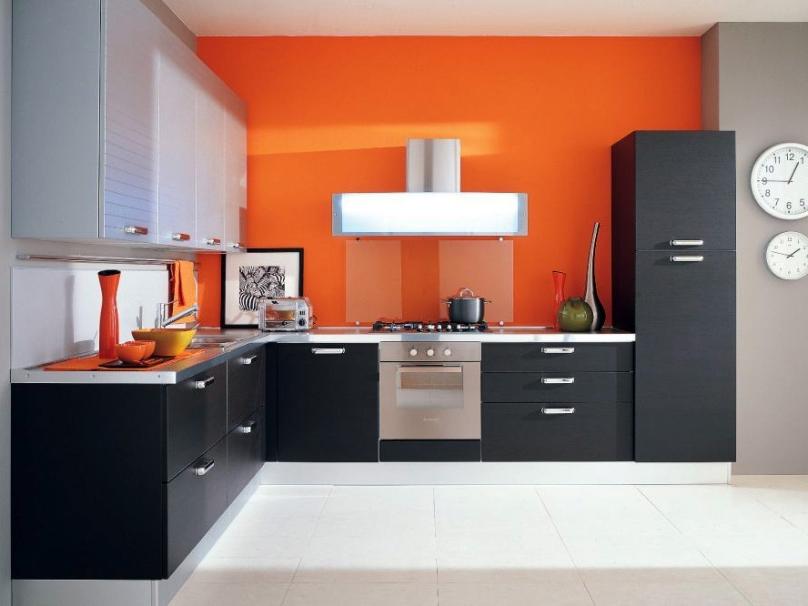La couleur noir anthracite mettra également en valeur harmonieusement tous les éléments de décoration jaunes ou orange.