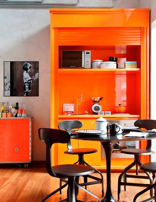 Cuisine bien organisée et compacte avec une finition orange dominante