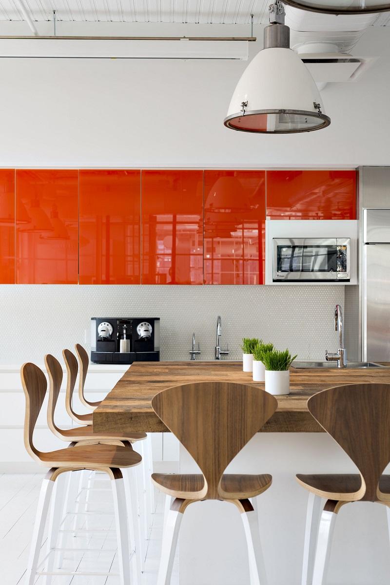 La solution classique est une combinaison d'orange avec du blanc et des nuances de bois