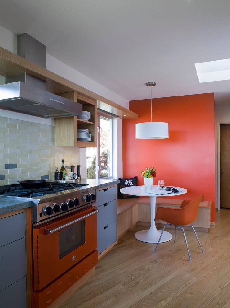 Une autre option pour la cuisine est de faire de l'orange, pas un tablier, mais toute une section du mur.