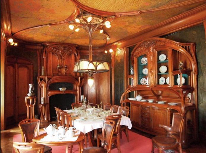 salle à manger avec meubles en bois