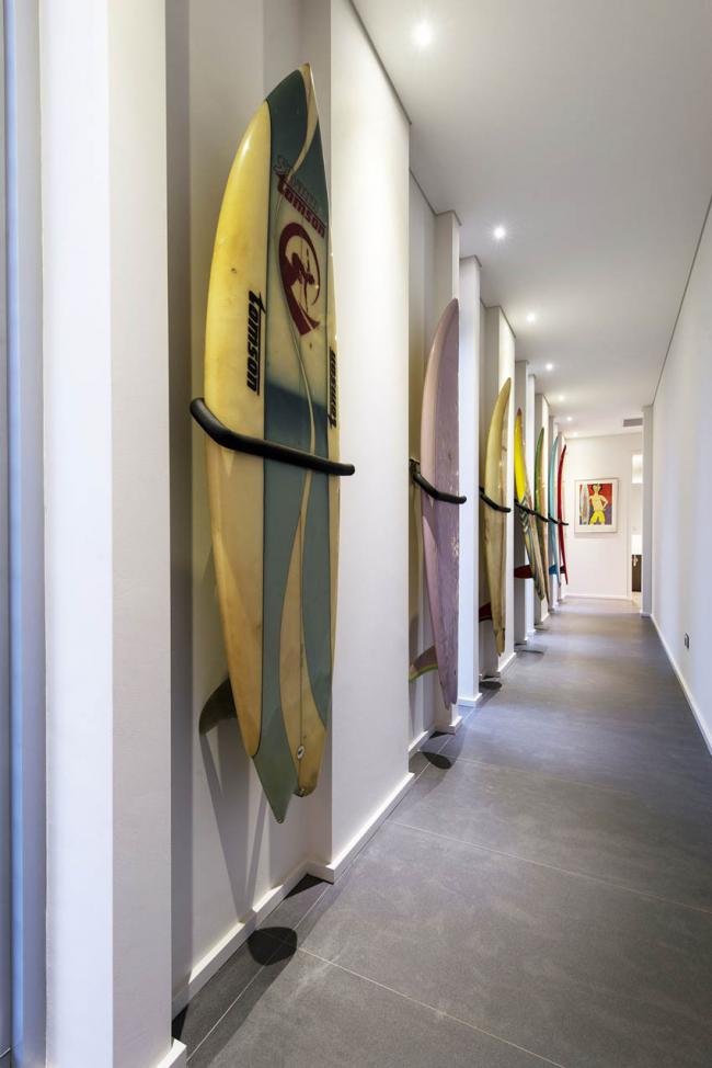 Une galerie impromptue dans un long couloir où les projecteurs semblent harmonieux