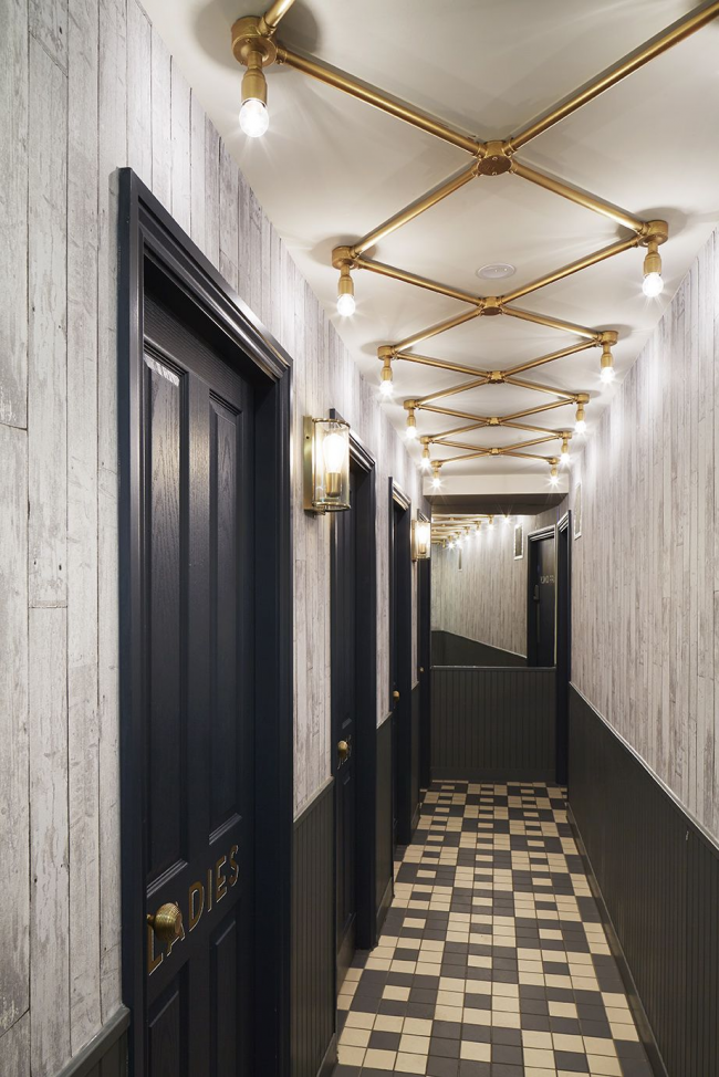 Un design inhabituel pour éclairer un long couloir, qui vous permet de remplir uniformément toute la zone de lumière