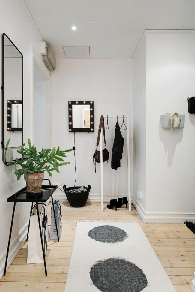 Petit miroir avec éclairage intégré sur tout le périmètre du cadre dans un spacieux couloir lumineux