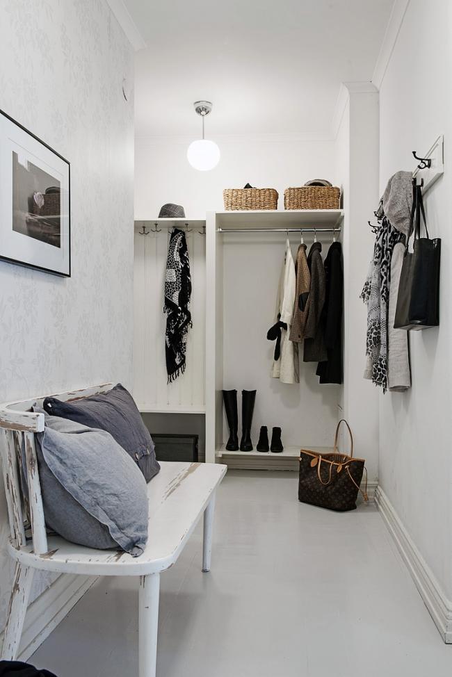 En plus du remplissage léger, il est important de se rappeler qu'il est préférable de décorer le couloir dans des couleurs claires pour agrandir visuellement l'espace.