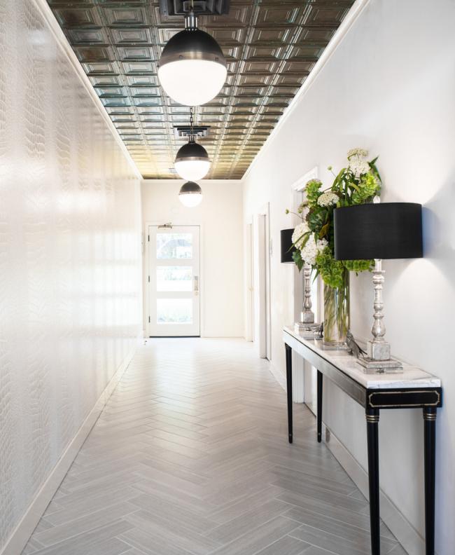 Éclairage uniforme d'un long couloir utilisant les mêmes lustres