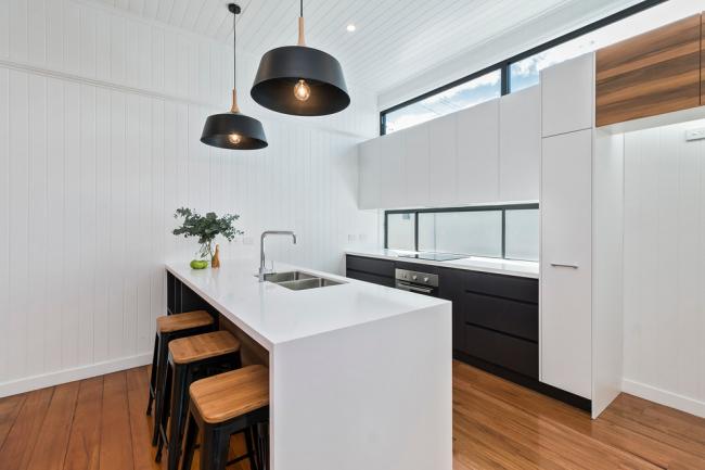 Les panneaux en plastique peuvent couvrir tout le mur de la cuisine, offrant une protection