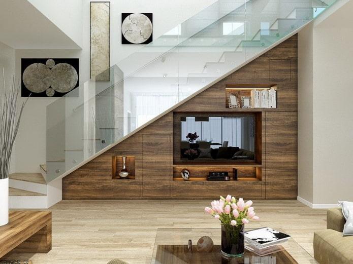 TV dans une niche sous les escaliers à l'intérieur