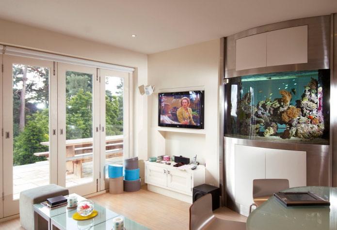 TV dans une niche avec un aquarium à l'intérieur