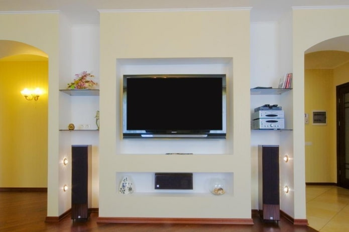 TV avec haut-parleurs dans une niche à l'intérieur