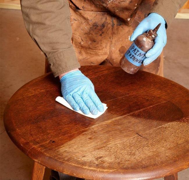 La fraîcheur du bois naturel est donnée par des agents de polissage spéciaux que l'on peut trouver dans n'importe quelle quincaillerie ou magasin de meubles.