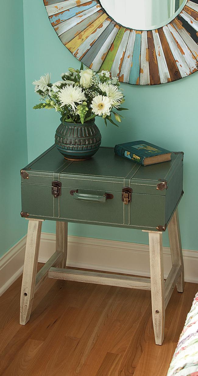Un élément assez extravagant et extraordinaire de l'intérieur - une table de chevet d'une vieille valise