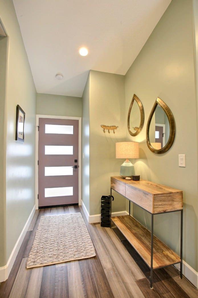 murs olive clair dans le couloir