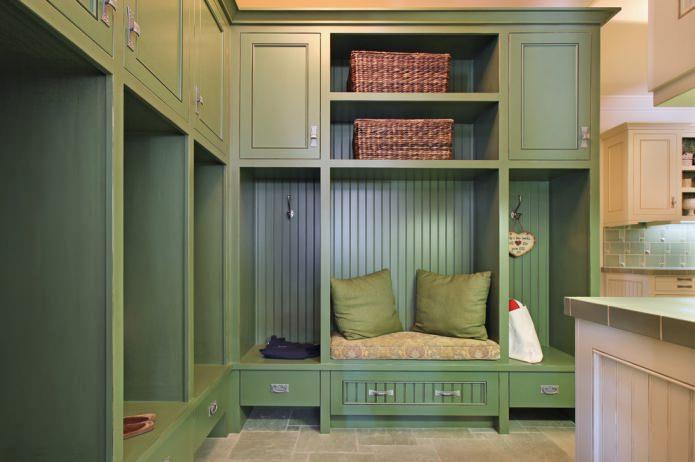 armoire dans le couloir dans les tons olive