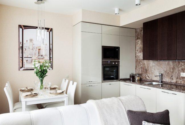 Pour une petite cuisine, les meubles de cuisine intégrés seront une excellente solution, qui peut même être fabriqué sur commande - cela aidera à économiser considérablement de l'espace