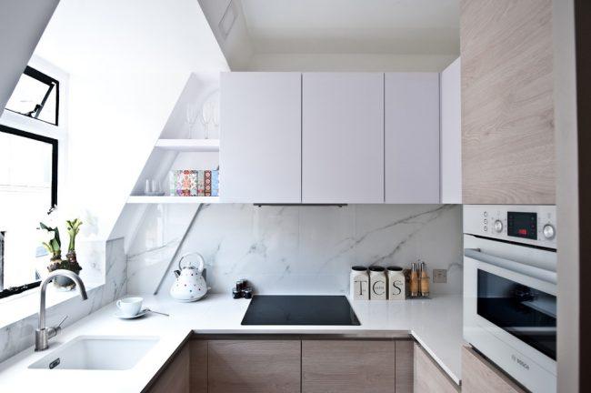 Dans une cuisine avec une petite surface, les armoires murales d'angle et les étagères ouvertes seront une excellente solution de conception, sur laquelle il sera bon d'organiser un éclairage ponctuel.