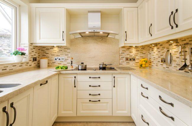Pour une petite cuisine, les couleurs neutres et calmes conviennent bien, car elles aideront à élargir visuellement les limites de la pièce, reflétant bien la lumière