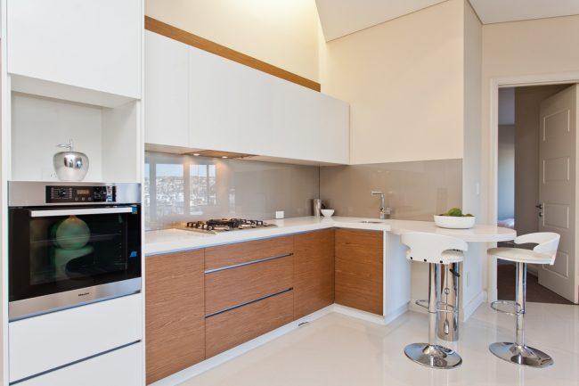 Afin d'économiser de précieux mètres dans votre cuisine, il est préférable d'installer des meubles de cuisine le long d'un des murs, après avoir déterminé au préalable l'emplacement de la zone de travail et du réfrigérateur.