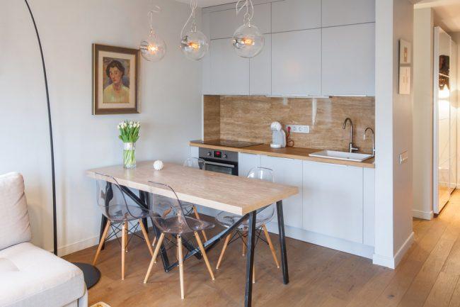 Une petite cuisine décorée dans des tons crème, des tons cacao ou une couleur blanche universelle sera élégante, agréable et confortable.