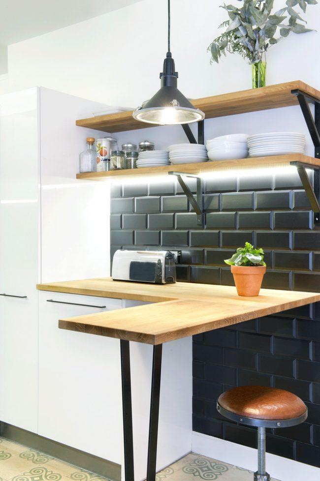 Une technique contrastée rafraîchira l'espace d'une cuisine de petite taille, apportera sa propre saveur au design et la pièce ne se rétrécira pas visuellement