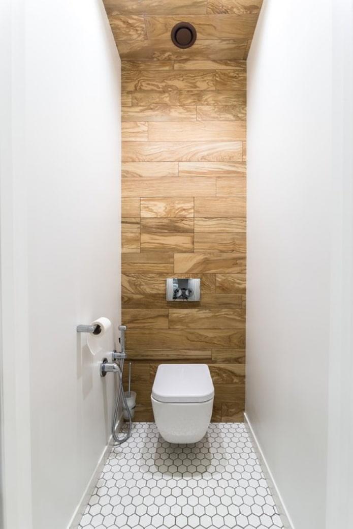 arbre sur le mur dans les toilettes