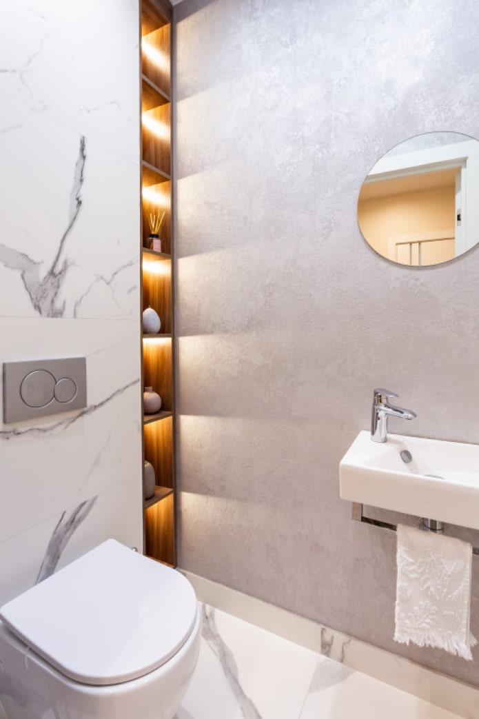 étagères dans une niche dans les toilettes