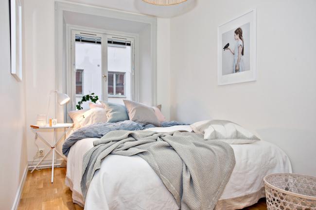 Chambre 12 m²  mètres en blanc avec une grande fenêtre