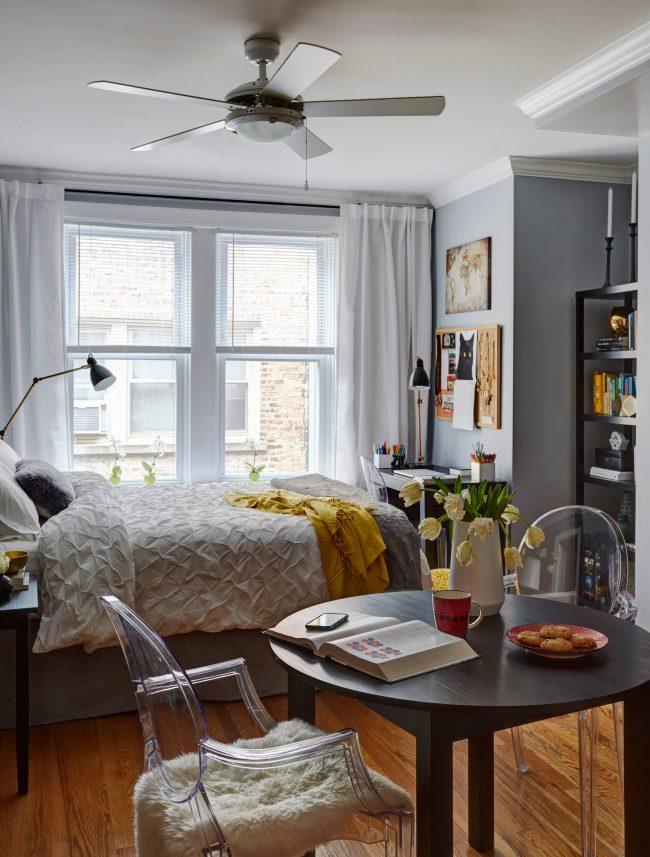 Un lit à côté d'une fenêtre est un excellent moyen d'économiser de l'espace, d'améliorer l'éclairage de lecture et d'atténuer le réveil le matin.