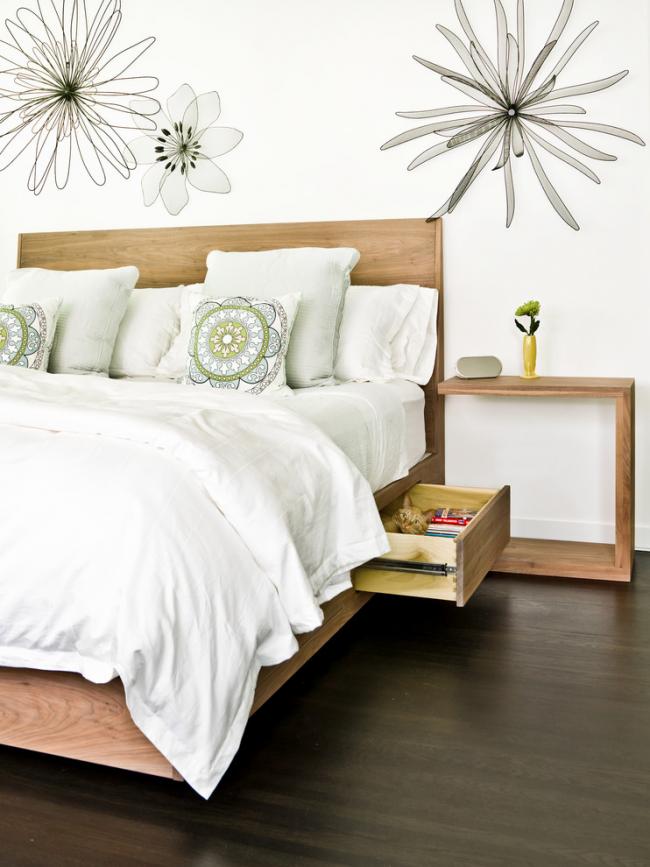 Un lit avec tiroirs est un excellent moyen de réduire la quantité de meubles dans une petite chambre.