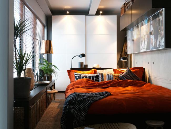 Un lit d'une largeur de 180 cm est une excellente option pour une petite chambre