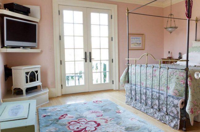Étagère TV d'angle adaptée à une petite chambre d'enfant