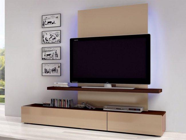 La taille de l'étagère TV doit être au moins aussi grande que le pied.  Certains concepteurs choisissent délibérément de longues étagères pour ranger la télécommande et de jolis gadgets intérieurs.