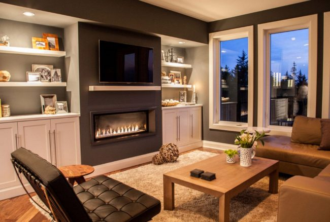 Un exemple d'étagère en bois DIY simple.  La durabilité est assurée par le support mural et l'épaisseur de la planche.  Étagère peinte en blanc, grâce à laquelle elle s'intègre dans l'ensemble de l'intérieur de la pièce