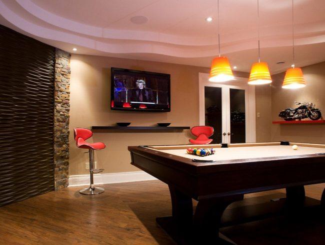 Dans la salle de billard, le téléviseur peut être placé sous le plafond - après tout, le public sera presque toujours en position debout