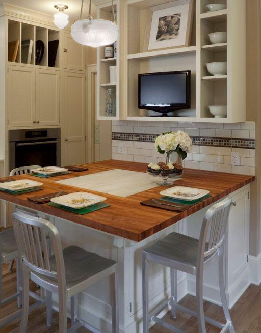 Une petite télévision sur l'étagère rendra la cuisine confortable à la maison